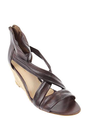 imagini sandales et nu et pieds femme de couleur marron