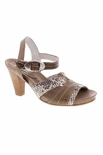 regard sandales et nu et pieds femme de couleur gris