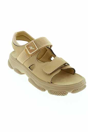 naturino sandales et nu et pieds garcon de couleur beige