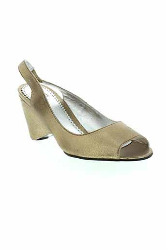 paradoxale sandales et nu et pieds femme de couleur marron