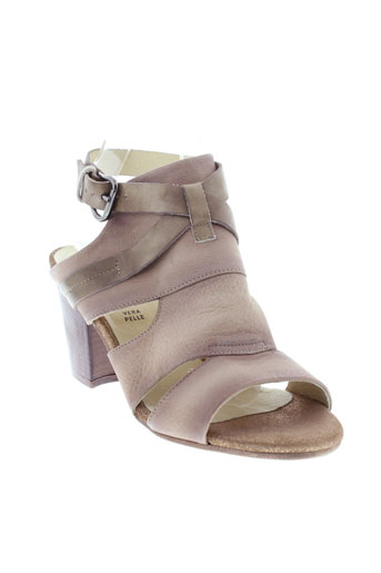 cafe et noir sandales et nu et pieds femme de couleur beige