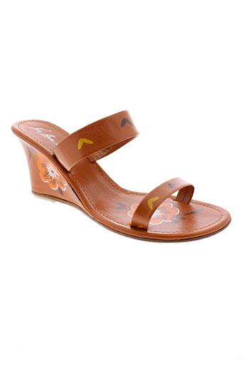 nina et blue sandales et nu et pieds femme de couleur orange