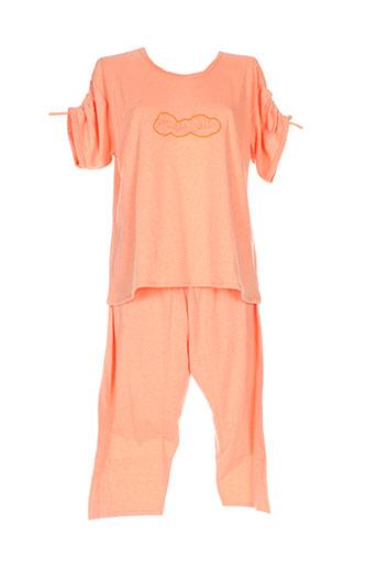 20 et 20 pyjamas et 1 femme de couleur orange (photo)