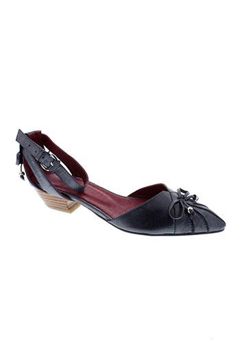 rue pietonne chaussures femme de couleur gris