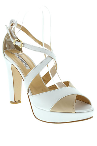 donna et piu sandales et nu et pieds femme de couleur blanc