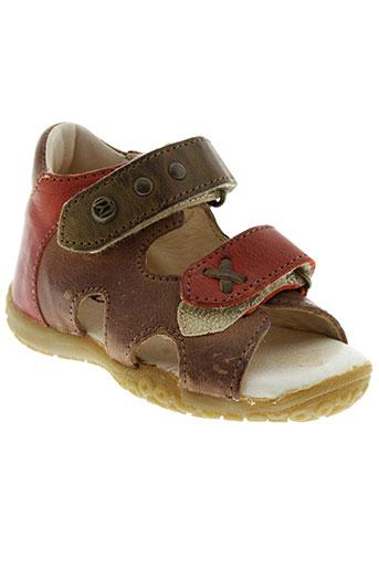 buggy sandales et nu et pieds garcon de couleur marron