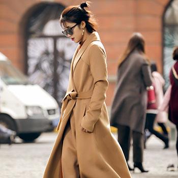 femme avec veste portefeuille