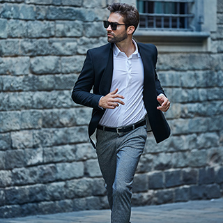 homme avec chemise blanche et costume bleu