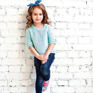 petite fille avec top bleu