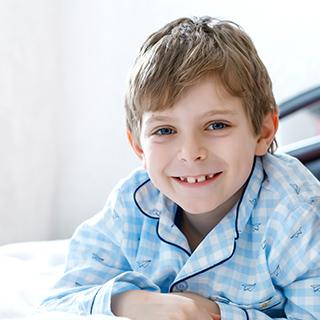 petit garçon en pyjama