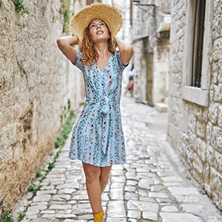 femme avec robe bleu