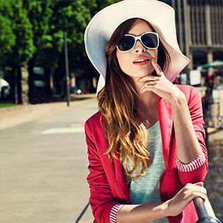 femme avec veste rose