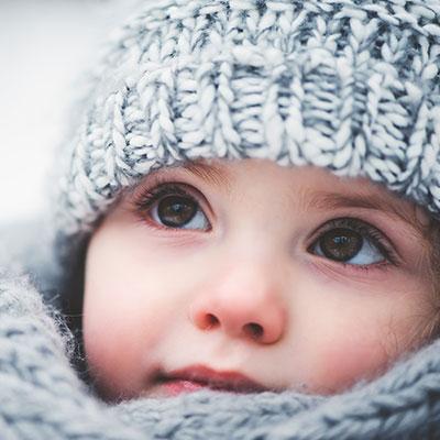 fille avec bonnet gris