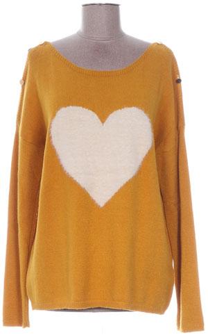 pull jaune avec un coeur